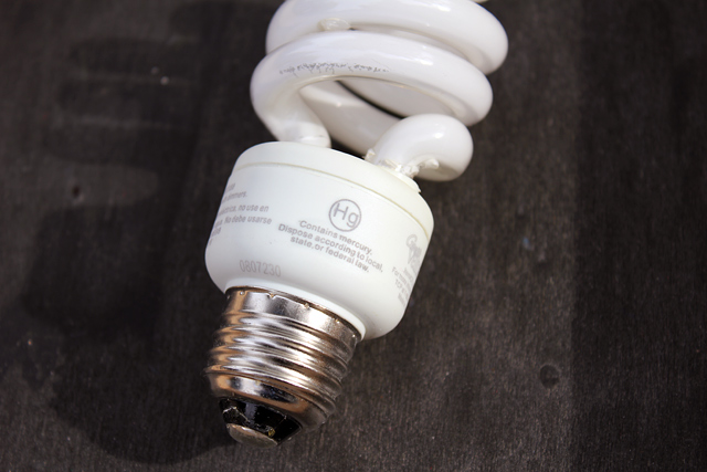 compact fluorescent light CFL bulb contains mercury